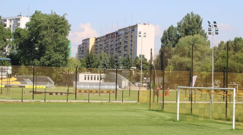 Obiekty Wieczystej - na pierwszym planie boisko treningowe -...