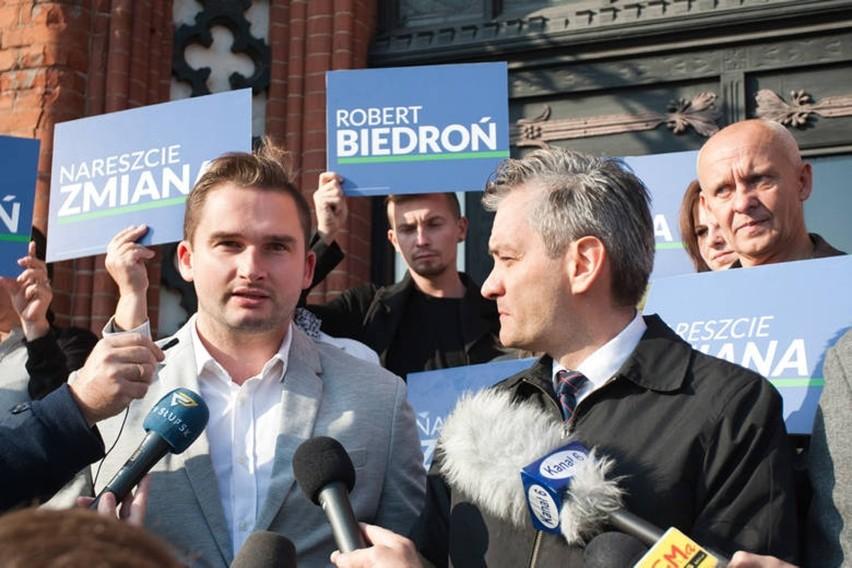 Bartosz Fieducik i Robert Biedroń w czasie kampanii. Teraz...