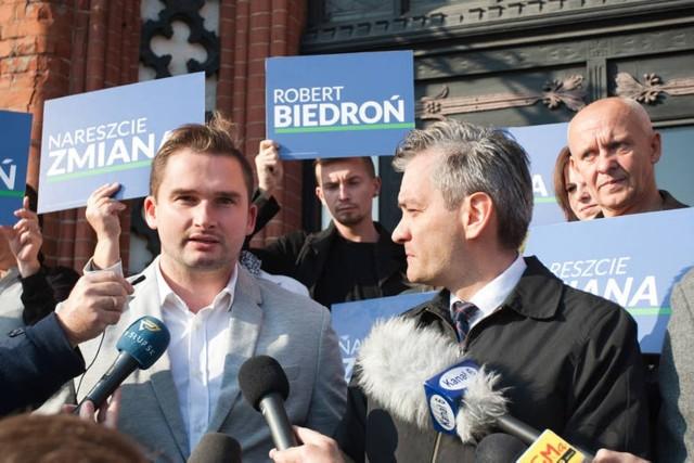 Bartosz Fieducik i Robert Biedroń w czasie kampanii. Teraz ten pierwszy, prawnik zresztą, opowiedział o wpłatach