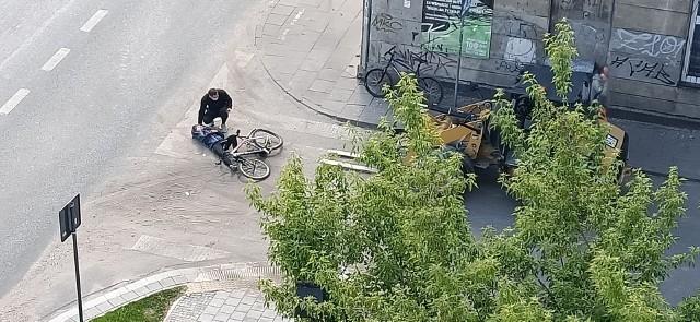 Operator maszyny budowlanej wjechał w rowerzystkę na przejściu dla pieszych. Kobieta trafiła do szpitala. Okoliczności zdarzenia bada policja.Jak do tego doszło? Czytaj dalej