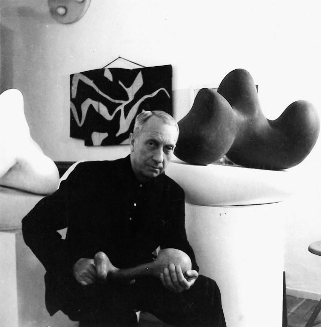 Wiele prac Hans Arpa powstało w jego pracowni w Meuden. To zdjęcie pochodzi z roku 1947