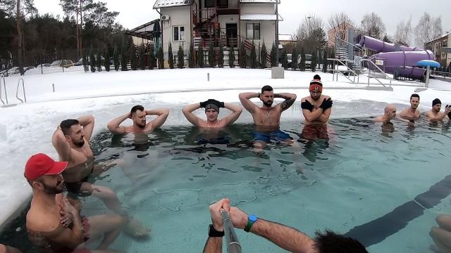 """W ubiegłą niedzielę 14 lutego na basenie w Połańcu miało miejsce wyjątkowe morsowanie. Lokalna grupa amatorów kąpieli w lodowatej wodzie świetnie czuła się na pływalni """"Delfin"""". Mimo mrozu panowała tutaj gorąca atmosfera. Na kolejnych slajdach zobaczycie więcej zdjęć z morsowania w Połańcu>>>"""