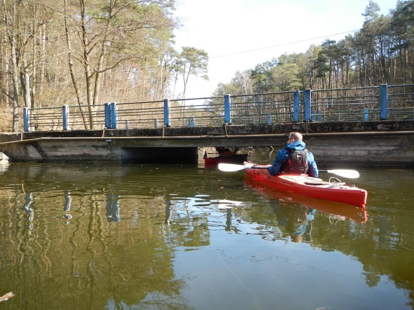 Tak w praktyce wyglądało przepływanie pod mostem na szlaku...