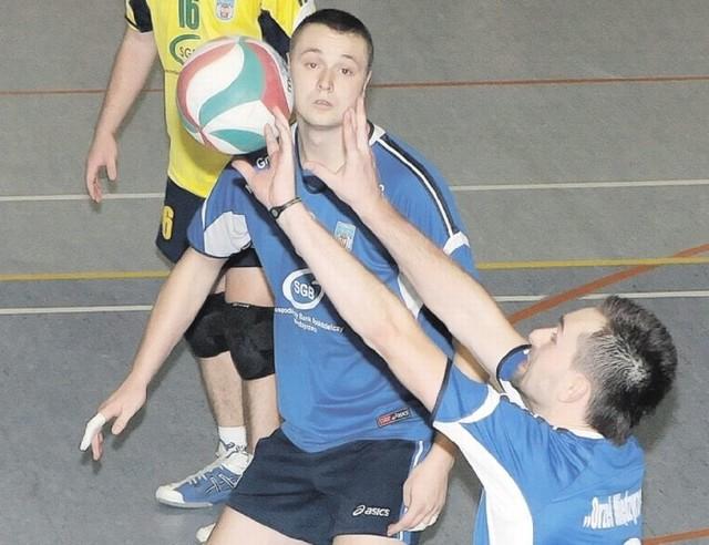 Piłkę przyjmuje międzyrzeczanin Dominik Sroga, asekurowany przez Mariusza Szulikowskiego i libero Marcina Wanata