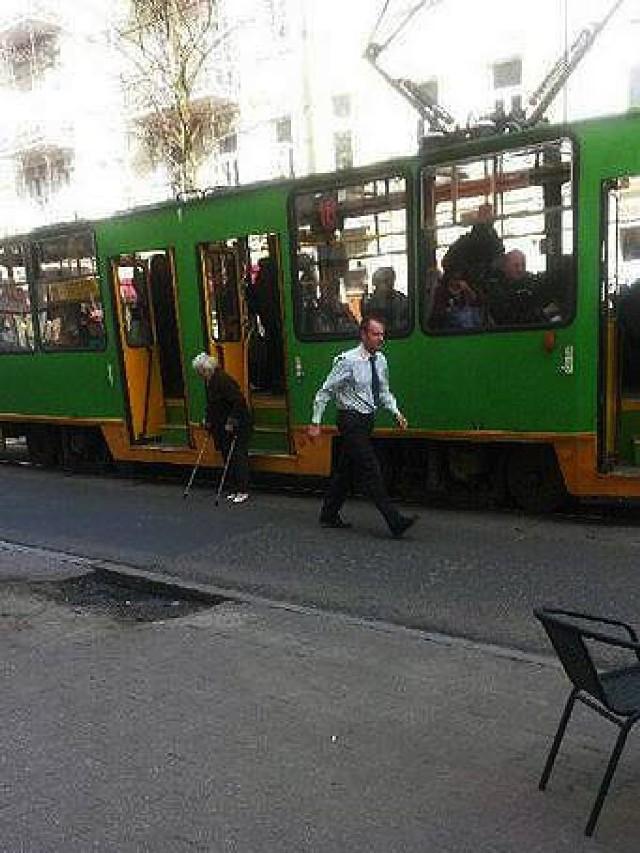 Motorniczy wyszedł z kabiny i pomógł kobiecie o kulach wyjść z tramwaju