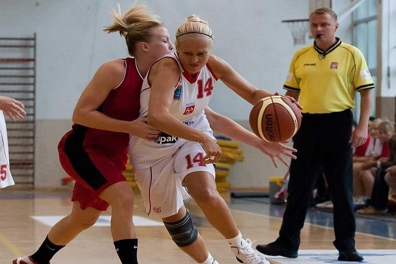 Ukrainka Inna Kochubei (z piłką) zdobyła w meczu z Widzewem 14 punktów dla Odry.