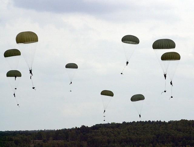 Polsko-amerykanski desant w WedrzynieCalą akcje rozpocząl desant powietrzny.