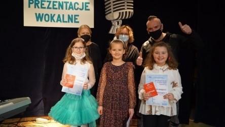 Grupa laureatek z Szymonem Wydrą.