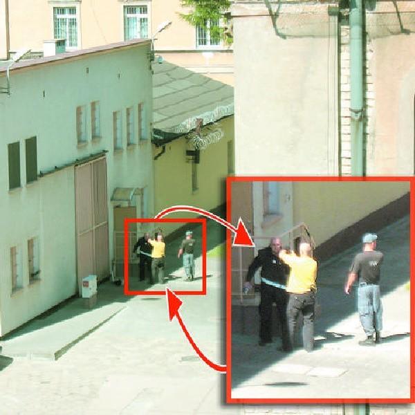 Budynek, w którym doszło do eksplozji, nie został naruszony. Zabezpieczali go policjanci, służba więzienna i policjanci, którzy w specjalnych strojach przeszukiwali pomieszczenia dyżurki
