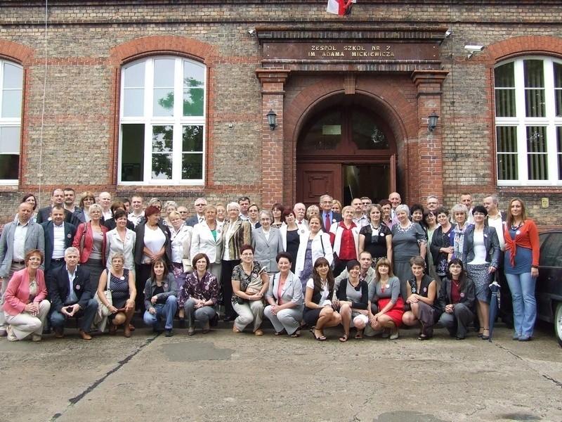Pamiątkowa fotografia uczestników pierwszego szkolnego zjazdu absolwentów