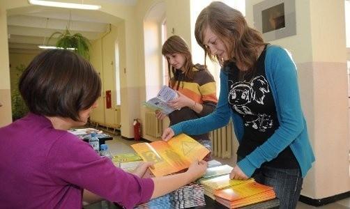Monika i Klaudia przeglądają informatory