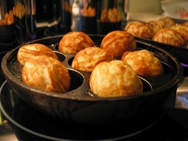 Przepis na Aebleskiver - duńskie pączki 2 szklanki mąki pszennej2 jajka1 łyżeczka proszku do pieczeniapół łyżeczki sody oczyszczonejpół szklanki maślanki 1 łyżka masła1 łyżka cukrumarmolada Ubić białka na pianę. W drugiej misce zmieszać żółtka z cukrem, dodać mąkę, proszek, sodę, maślankę i rozpuszczone i wysuszone masło. Wymieszać, a następnie dodać białka. Uformować kulki, dodając do środka marmoladę. Smażyć na małym ogniu.
