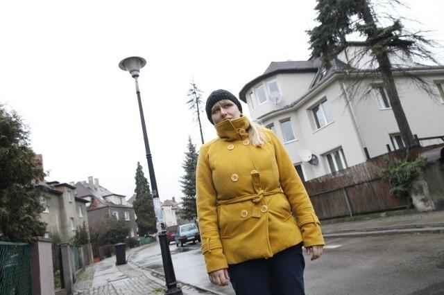 - Nasze lampy są w fatalnym stanie, czasem zdarza się, że na naprawę jednej trzeba czekać aż dwa miesiące - opowiada Magda Kwaśnicka, mieszkanka ulicy generała Zajączka.