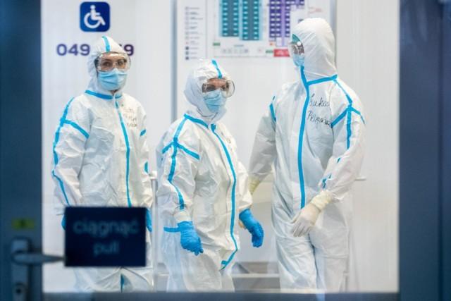 """W szpitalach cały czas przybywa pacjentów """"covidowych"""". Zajętych jest 3 315 respiratorów."""