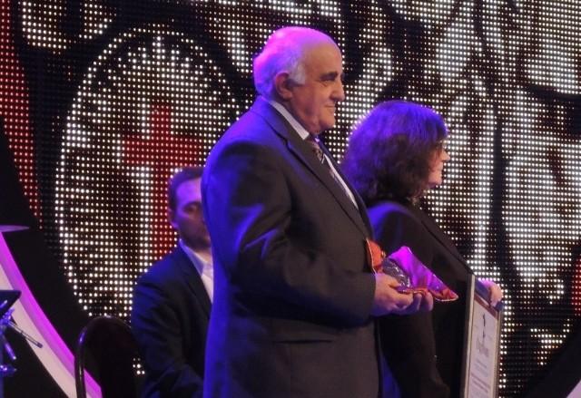 Teresa i Kazimierz Jednorogowie odbierają nagrodę w warszawskiej Galerii Porczyńskich.
