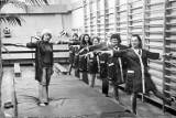 Łódzkie historie. Zakłady pracy chronionej w PRL.  Gimnastyka lecznicza przy muzyce podczas pracy w łódzkich szwalniach [archiwalne zdjęcia]
