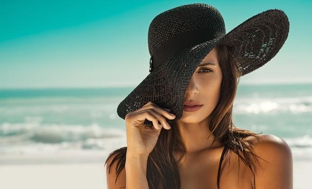 Udar słoneczny jest jedną z odmian udaru cieplnego. Jak sama nazwa wskazuje, dochodzi do niego na skutek nadmiernej ekspozycji na promieniowanie słoneczne. Podstawową przyczyną wystąpienia udaru jest nieodpowiedzialne opalanie – w godzinach największej aktywności słonecznej. Do tego często dochodzi brak odpowiedniego nakrycia głowy (czapki lub kapelusza) oraz przyjmowanie zbyt małej ilości płynów.