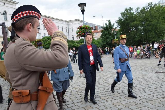 """Rekonstrukcja przyjazdu generała Le Ronda do Opola powstała w ramach programu edukacyjno-wychowawczego """"Tobie Polsko ZHR"""". Inscenizację przygotowali harcerze."""