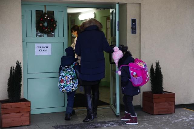 Od poniedziałku w Małopolsce dzieci z klas I-III wracają do szkół, ale w trybie hybrydowym.