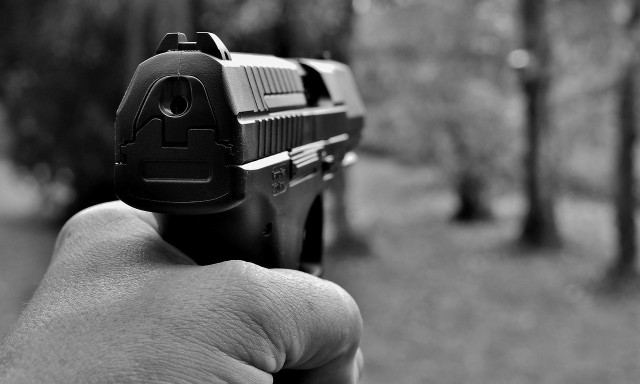 Kiedy policjant może użyć broni? Po tragedii w Koninie sprawdzili to dziennikarze Onetu.