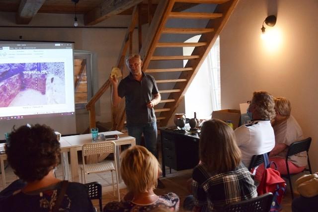 Historyk Dominik Szulc i archeolog Marcin Piotrowski podsumowali efekty badań archeologicznych przy kamienicy Kościuszki 26 w Kraśniku na oficjalnym spotkaniu z mieszkańcami i władzami miasta.