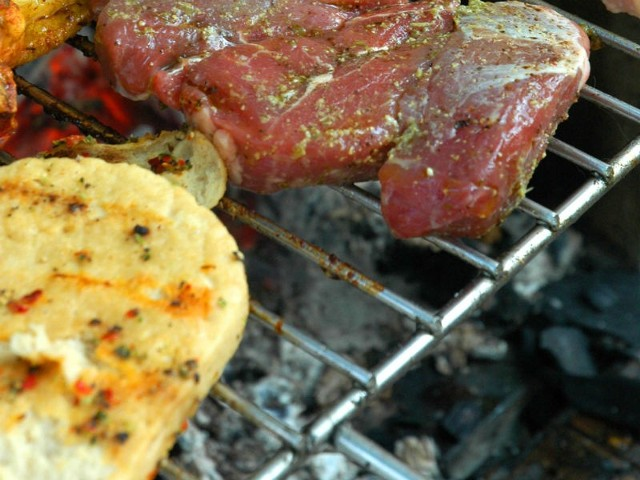 Na grillu można przyrządzać mięsa wszelkiego rodzaju, a skrzydełka drobiowe gotowe są w krótkim czasie.
