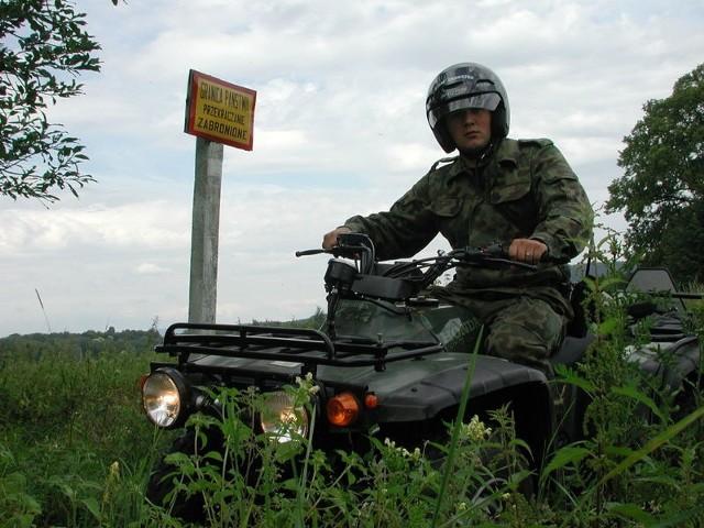 Wszedobylski czterokolowiecPlutonowy Tomasz Rachwal patroluje zieloną granice wszedobylskim czterokolowcem.