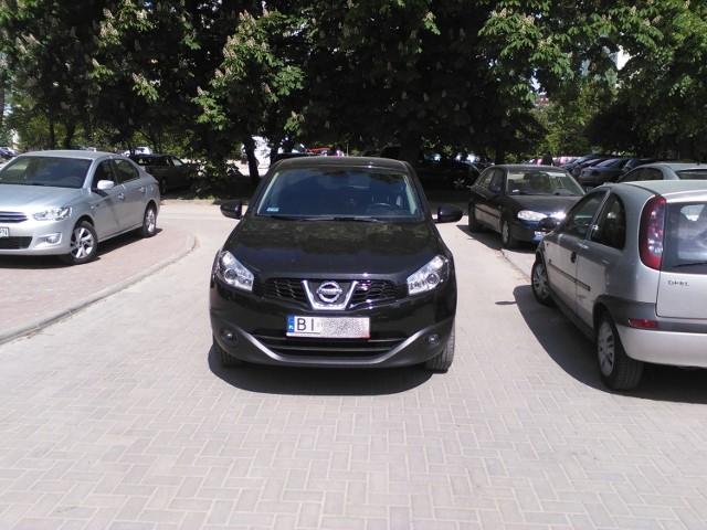 - Chciałem wyjechać z parkingu przy kościele św. Anny, ale jakiś pajac zostawił auto na środku drogi - pisze Internauta.