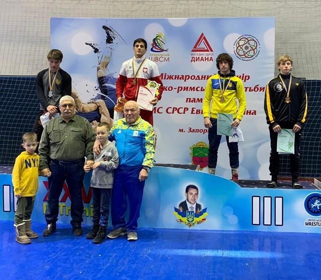 Arsenbek Salimov na najwyższym stopniu podium
