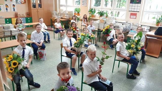 Dyrektorzy szkół w imieniu burmistrza Krapkowic wręczyli najlepszym uczniom listy gratulacyjne oraz bony podarunkowe.