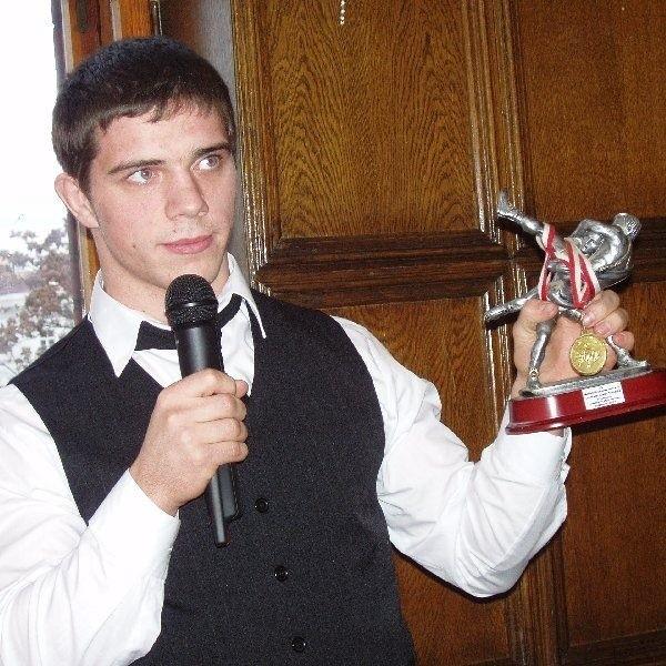 Andrzej Grzelak uczy się IV klasie Technikum Mechanicznego  w Zespole Szkół Zawodowych w Koronowie. Należy do kadry  narodowej w zapasach w stylu wolnym. Dwukrotnie wywalczył  tytuł międzynarodowego wicemistrza Polski. Wczoraj  prezentował swoje trofea