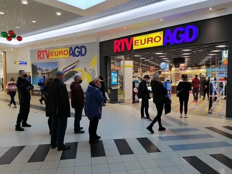 28 listopada otwarto ponownie galerie handlowe. Klienci...