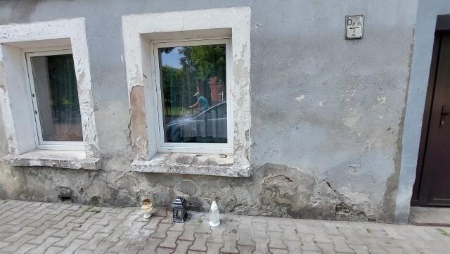 W miejscu, gdzie zmarł mężczyzna, płoną znicze. Mieszkańcy Lubska są w szoku.