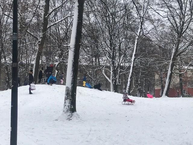Wreszcie zima w Zawierciu! Dzieci w końcu mogą pozjeżdżać na sankach w parku, jest pięknie - zobaczcie zdjęcia! Zobacz kolejne zdjęcia. Przesuwaj zdjęcia w prawo - naciśnij strzałkę lub przycisk NASTĘPNE