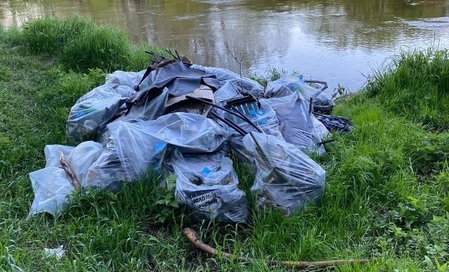 Śmieci w workach wciąż nie zniknęły po kwietniowym sprzątaniu świata. Na zdjęciu rejon ul. Nadwarciańskiej w Poznaniu.Przejdź do kolejnego zdjęcia --->