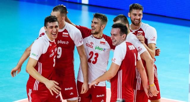 Final Six Ligi Narodów ruszył na dobre i to ze świetnym wynikiem dla Polaków. W meczu Polska - Brazylia, Biało-Czerwoni zwyciężyli z Brazylią 3:2. To wynik szeroko komentowany dzisiaj w mediach społecznościowych. Teraz przed naszą reprezentacją kolejne spotkanie. W nocy z czwartku na piątek odbędzie się mecz Polska-Iran. Spotkanie będzie miało miejsce w  Credit Union 1 Arena w Chicago.