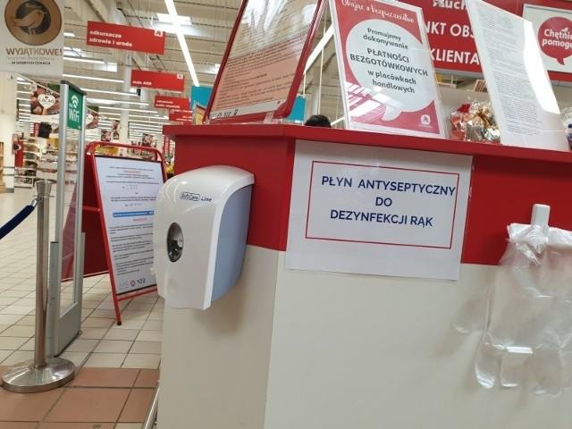 W Auchan przy al. Jana Pawła II dla klientów przy wejściu jest płyn antyseptyczny do dezynfekcji rąk.