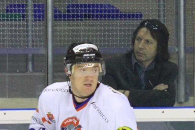 Prezes Piotr Krysiak lubił obserwować mecze hokejowe tuż zza bandy (na pierwszym planie Paweł Dronia). Raczej nie będzie mu to już dane.
