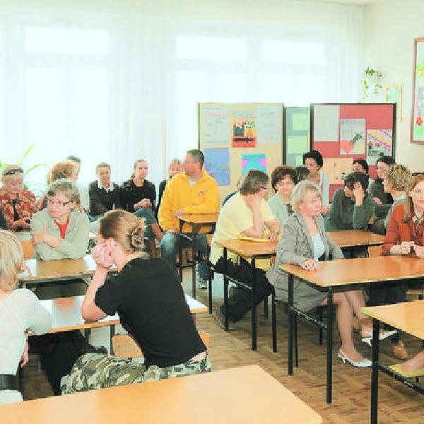 Niecodzienny widok w Zespole Szkół nr 31 w Toruniu - nauczyciele w szkolnych ławach