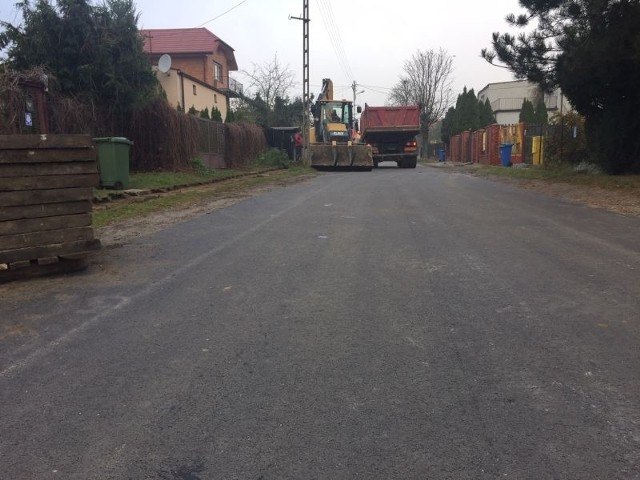 Ulica Chłodnikowa ma wreszcie asfaltową nawierzchnię.