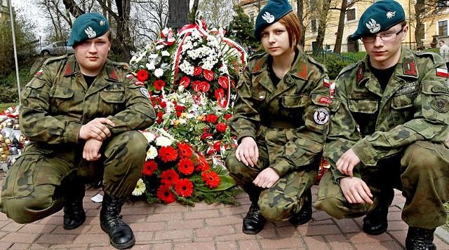 """- Chcemy osobiście uczcić wielkiego Polaka. Lech Kaczyński zrobił wiele dobrego dla naszego kraju. Chociaż nie zabrakło tych, którzy go obrażali i pluli mu w twarz. Mamy nadzieję, że teraz nastąpi nowy, lepszy rozdział w historii naszego kraju – mówią Grzegorz, Ewelina i Karol ze Związku Strzeleckiego """"Strzelec"""" w Rzeszowie."""