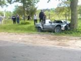 Auto wypadło z drogi i uderzyło w drzewo. Kierowca trafił do szpitala (zdjęcia Czytelnika)