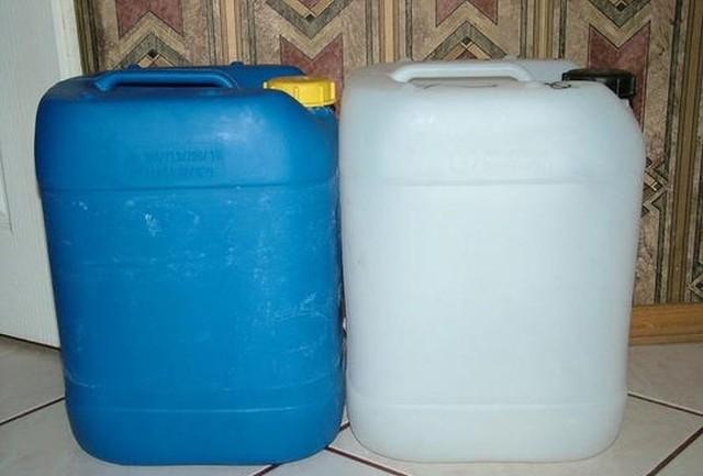26-latek napełnił kanistry 150 litrami oleju napędowego.