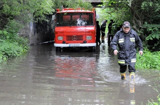 Szczególnie cięzko przy zabezpieczaniu miasta przed wielką wodą napracowali si strażacy