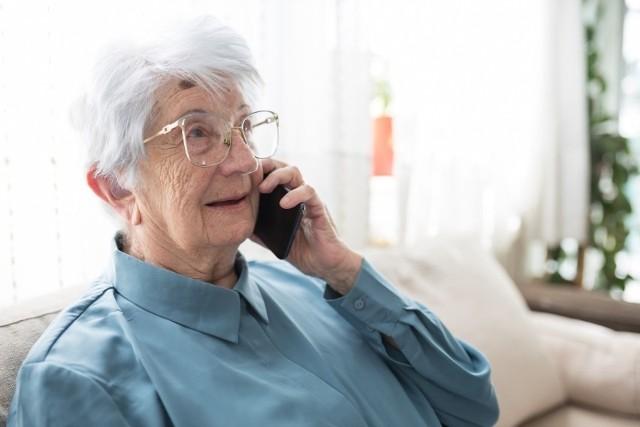 Mężczyzna twierdził, że prowadzi tajne działania, których celem jest zatrzymanie grupy osób, wyłudzających pieniądze od seniorów. Nieświadoma 87-latka uwierzyła w tę historię.