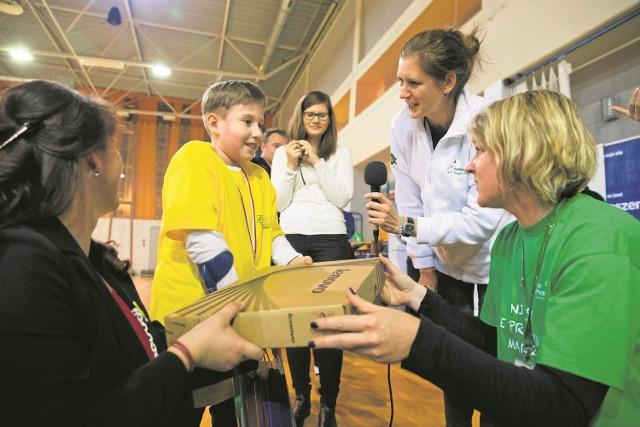 """Otwieramy? - niecierpliwił się Mariusz Szum, kiedy wolontariuszki z Fundacji """"Mam marzenie"""" przekazały mu laptop. Z wypiekami na twarzy czekał na rozpakowanie prezentu."""