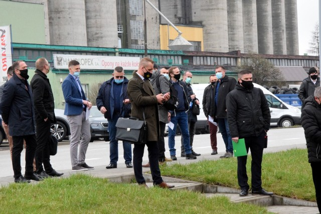 Delegacji w kolejce przed wejściem do Targów Kielce. Wśród nich Łukasz Korus, który z Mirosławem Malinowskim będzie walczył o funkcję prezesa.