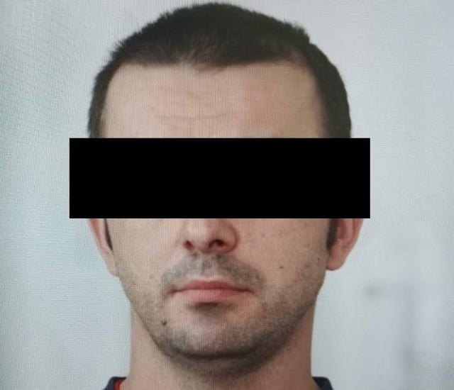 Maciej D. był poszukiwany listem gończym. Został zatrzymany po pięciu dniach. Ukrywał się w pustostanie w pow. monieckim.