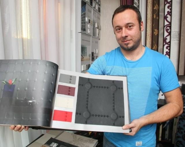 Tapeta ze skóryU pana Artura Iżykowskiego, właściciela Studia Kolor w Kielcach  można wybierać spośród kilku tysięcy rodzajów tapet. Ta najdroższa jest wykonana z hiszpańskiej, pikowanej skóry. Jej metr kwadratowy kosztuje 450 złotych.