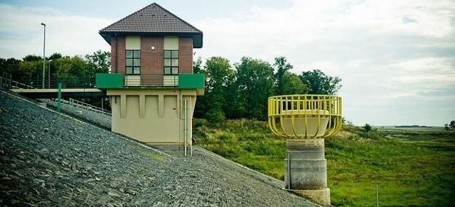 Budowa zbiornika retencyjnego we Włodzieninie ruszyła sześć lat temu a zakończono ją w listopadzie 2007 roku. Już niespełna rok później okazało się, że tama zbiornika przecieka.